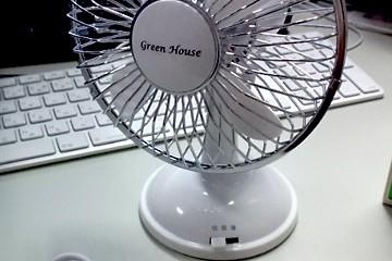 おや、何かが届…。首振りUSB扇風機「GH-USB-FAN」買ってみたよ